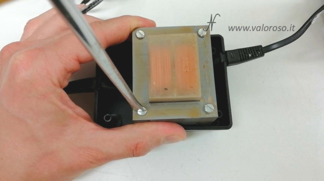 Alimentatore trasformatore floppy disk drive Atari 1050, rimontare avvitare viti
