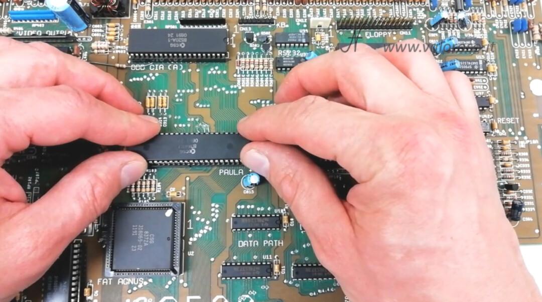Amiga 500 PCB chip Paula CSG 8364R7 inserimento nello zoccolo 48 pin, direzione corretta verso corretto tacca riferimento