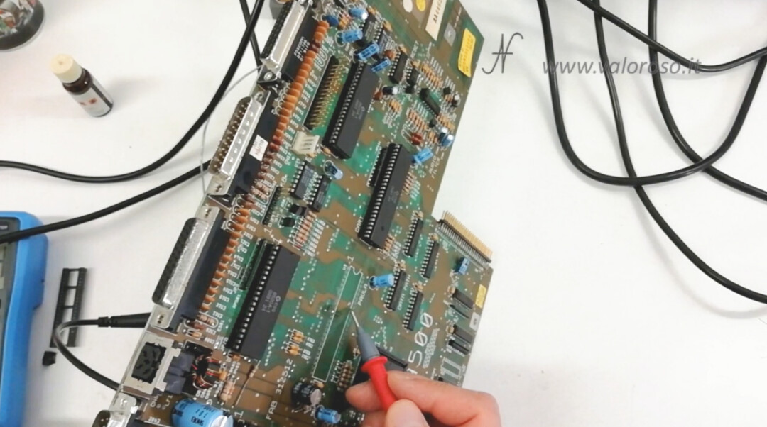 Amiga 500 PCB prova con tester continuita su entrambi i lati circuito stampato