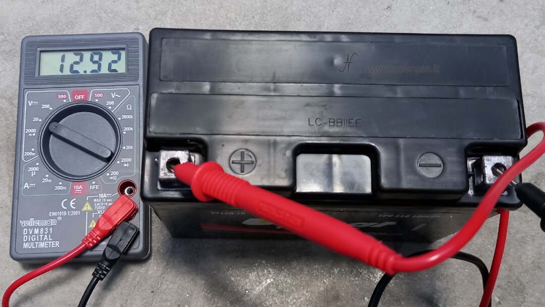 Come cambiare la batteria alla moto, batteria piombo 12V senza manutenzione Unibat prova tensione multimetro tester