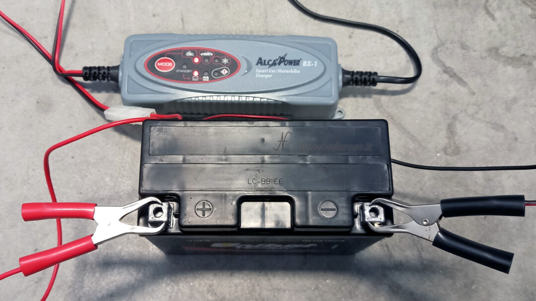 Come cambiare la batteria alla moto, batteria piombo 12V senza manutenzione Unibat Ready ricarica caricabatterie carica
