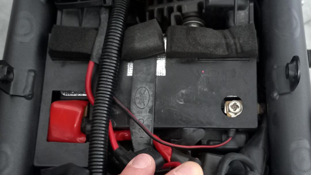 Come cambiare la batteria alla moto, posizione batteria al piombo originale, sotto al sellino sella sedile, vano sottosella, tunnel centrale