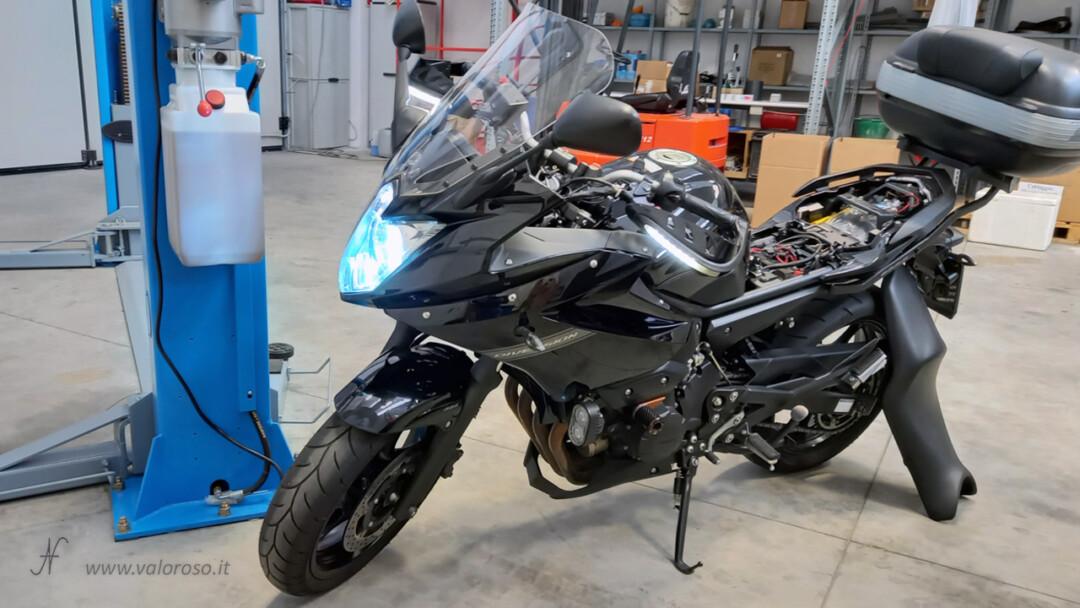 Come cambiare la batteria alla moto, posizione sotto sella sedile sellino prova accensione motore, vano sottosella