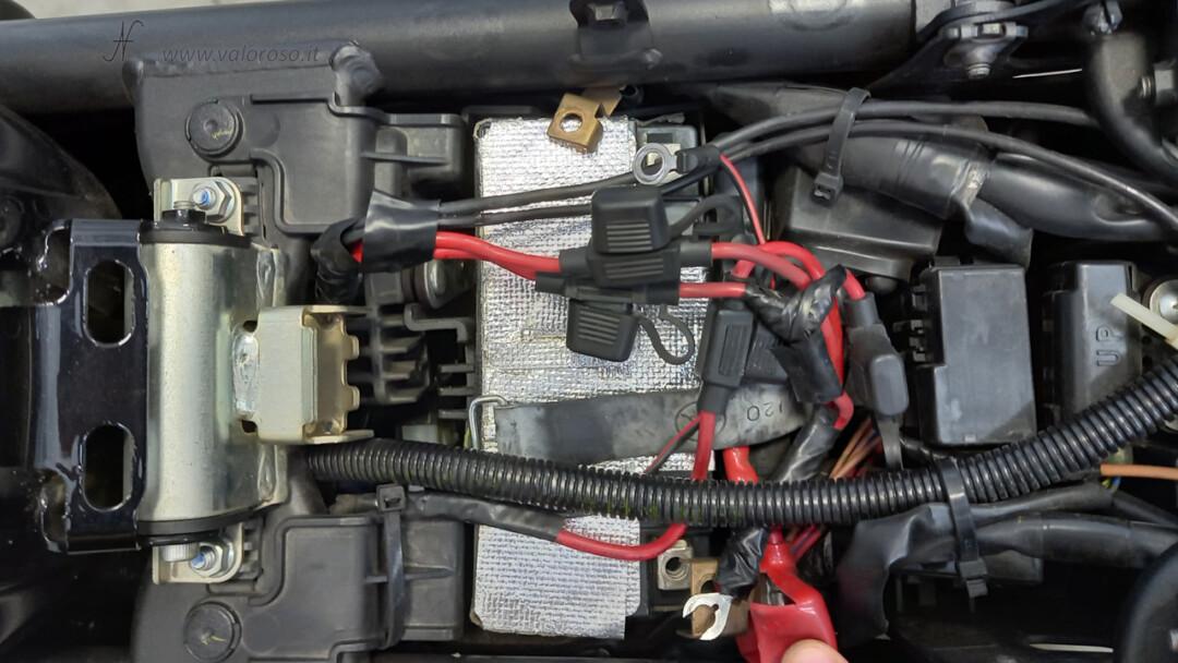 Come cambiare la batteria alla moto, scooter, protezione calore riflettente originale, scollegare i poli positivo e negativo