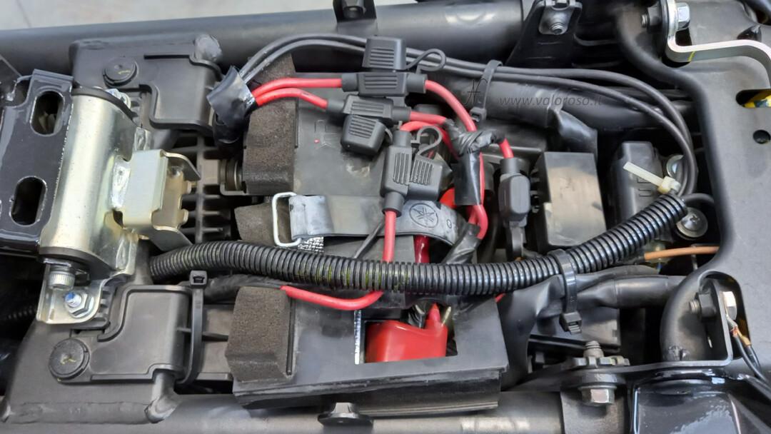Come cambiare la batteria alla moto, scooter, smontare batteria al piombo originale, staccare cinghia di tenuta, vano sottosella, tunnel centrale