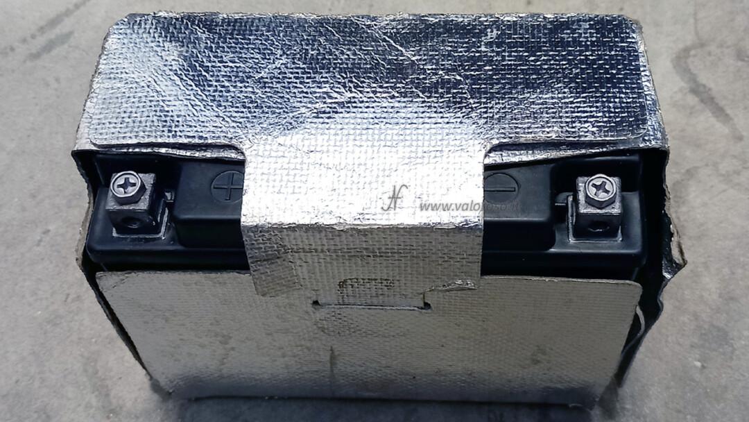 Come cambiare la batteria piombo 12V alla moto, Unibat, dentro protezione lucida calore