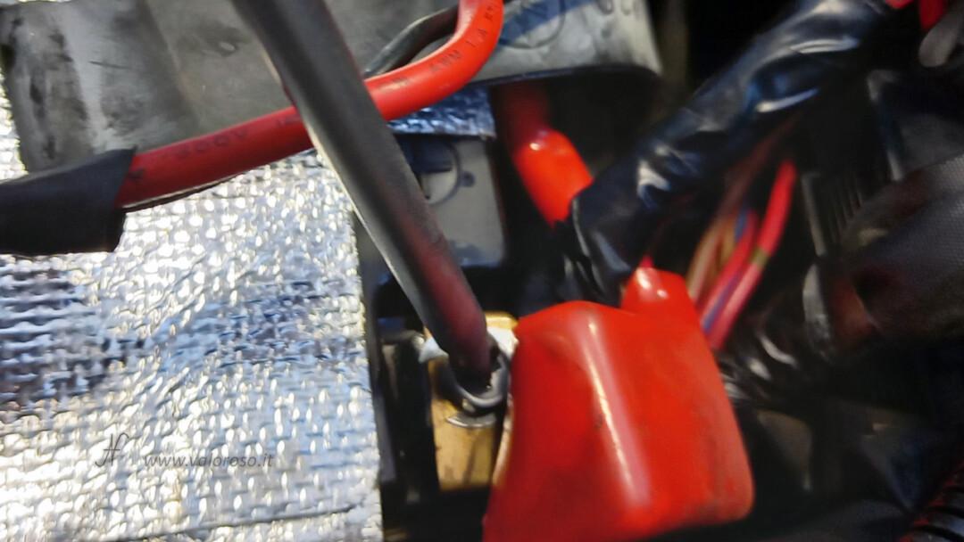 Come montare la batteria piombo 12V nuova nella moto, scooter, Unibat, avvitare prima polo positivo cacciavite croce stella chiave