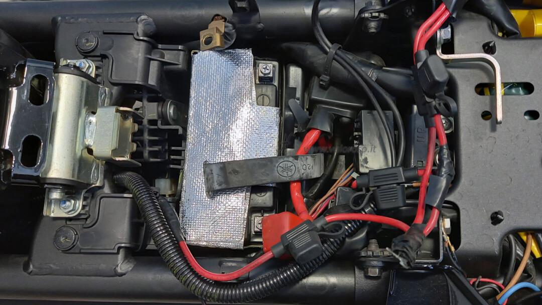 Come montare la batteria piombo 12V nuova nella moto, scooter, Unibat, inserire sotto sedile sella polarità poli, vano sottosella