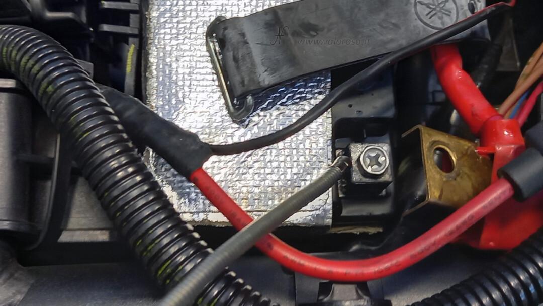 Come montare la batteria piombo 12V nuova nella moto, Unibat, lubrificare poli bulloni viti disossidare disossidante WD40