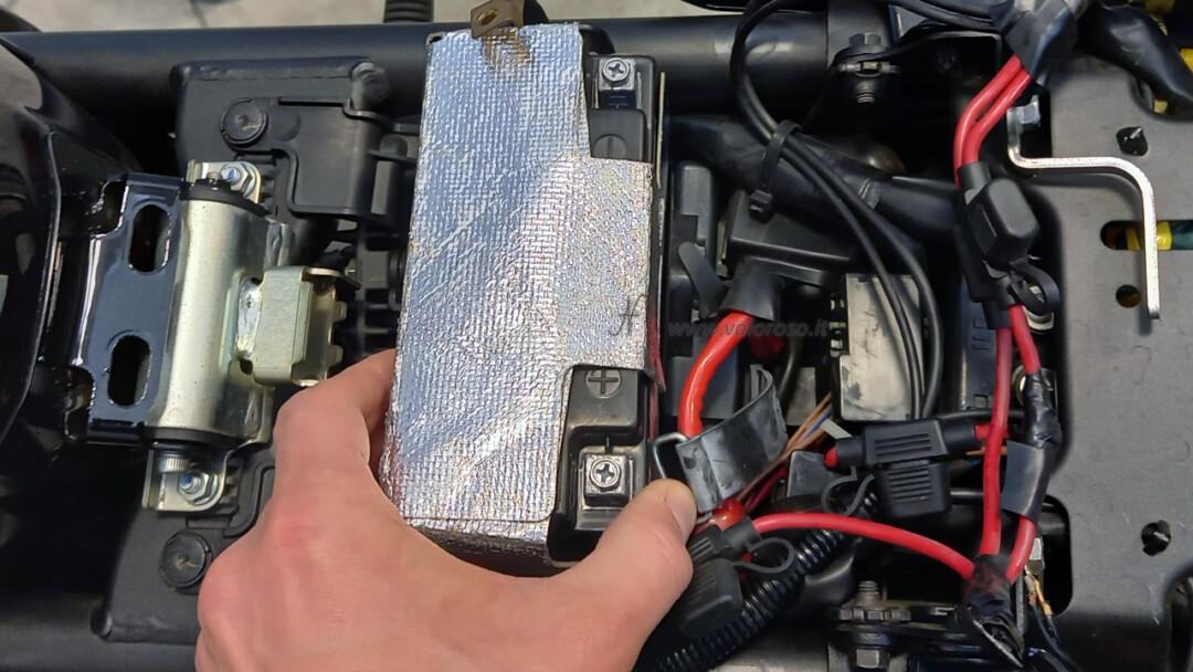 Come montare la batteria piombo 12V nuova nella moto, scooter, Unibat, posizionare installare sotto sedile sella, vano sottosella