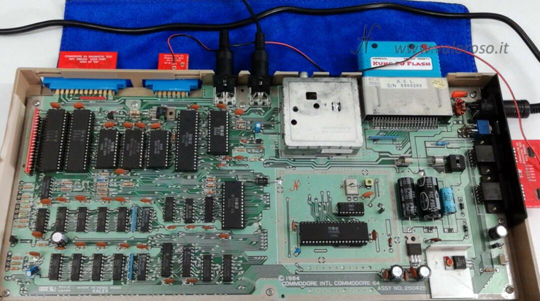 Come riaccendere il Commodore 64 aperto smontato test diagnostico cartuccia 586220 C64 con harness connettori collegati, Kung Fu Flash, KFF