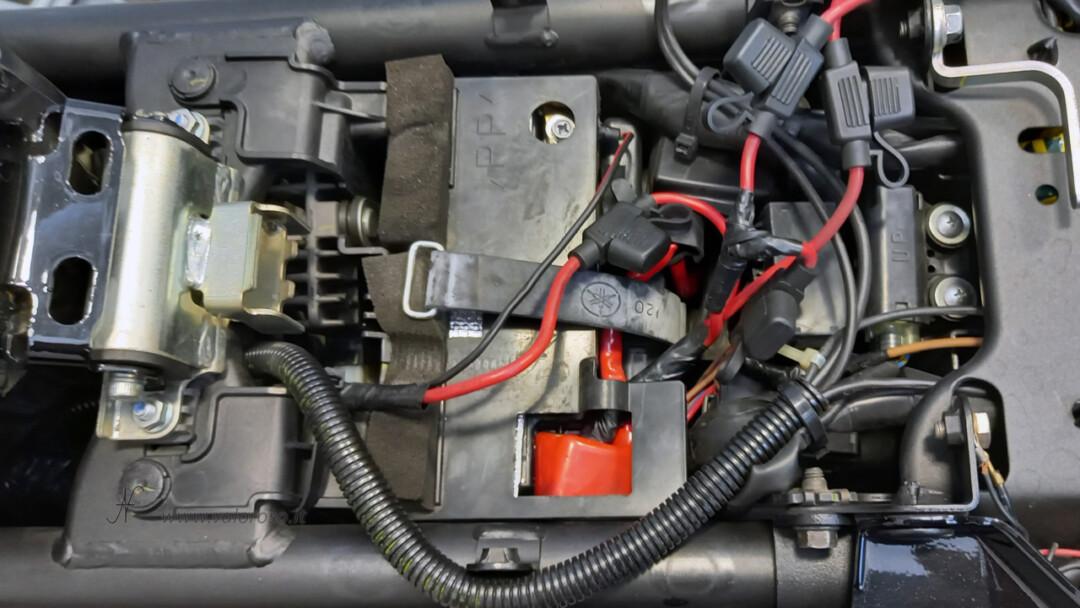 Come sostituire la batteria piombo 12V alla moto, scooter, Unibat, rimettere protezione plastica sotto sellino sedile sella, batteria nuova montata 12V, vano sottosella