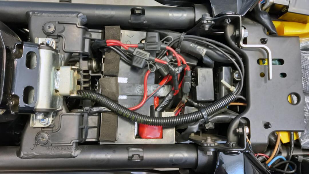 Come sostituire la batteria piombo 12V alla moto, Unibat, tirare rimettere cinghia fissaggio