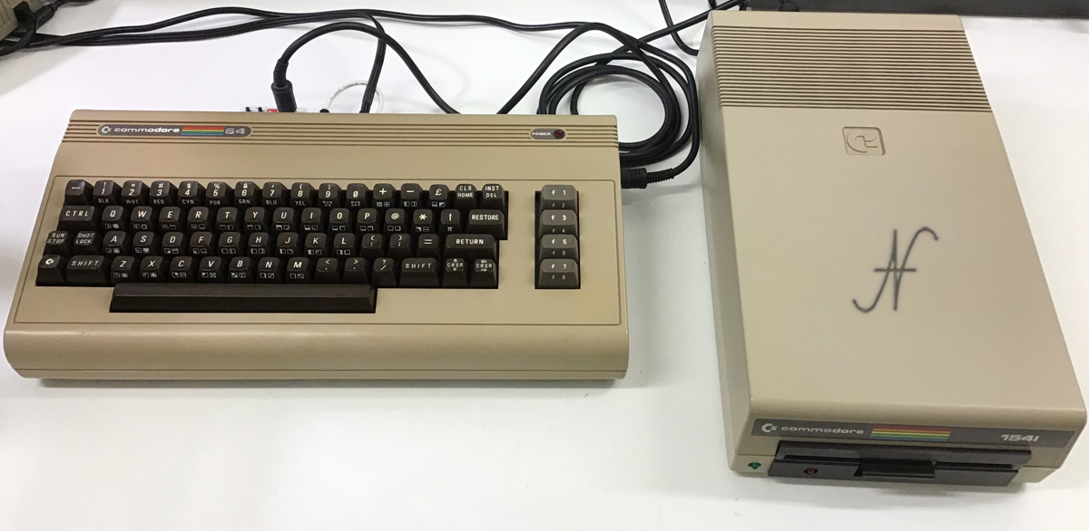 Commodore 64, emulatore floppy SD2IEC con microSD, file PRG D64, collegamento floppy 1541 in cascata