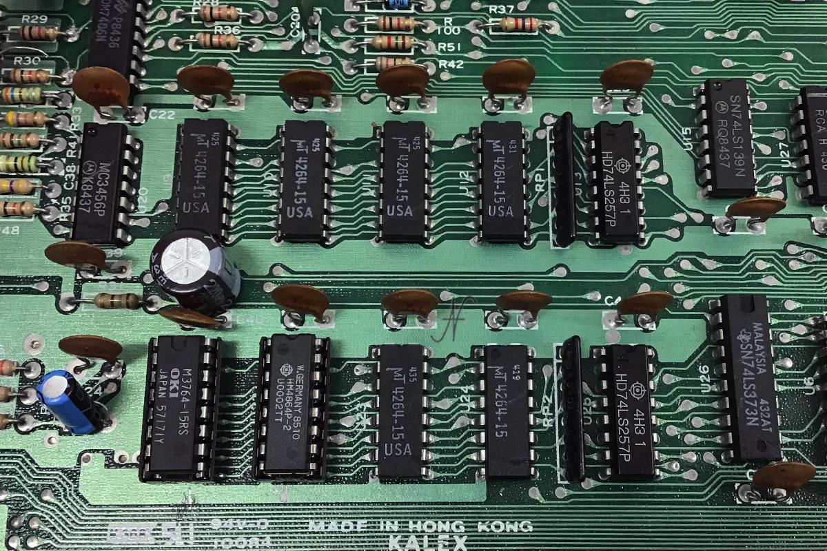 Commodore 64, chip memoria, RAM, 4164-2, MT4264-15, MT4264-20, HM4864P-2, M3764-15RS, sostituzione chip memoria, DRAM, difetto memoria, scritte strane su schermo