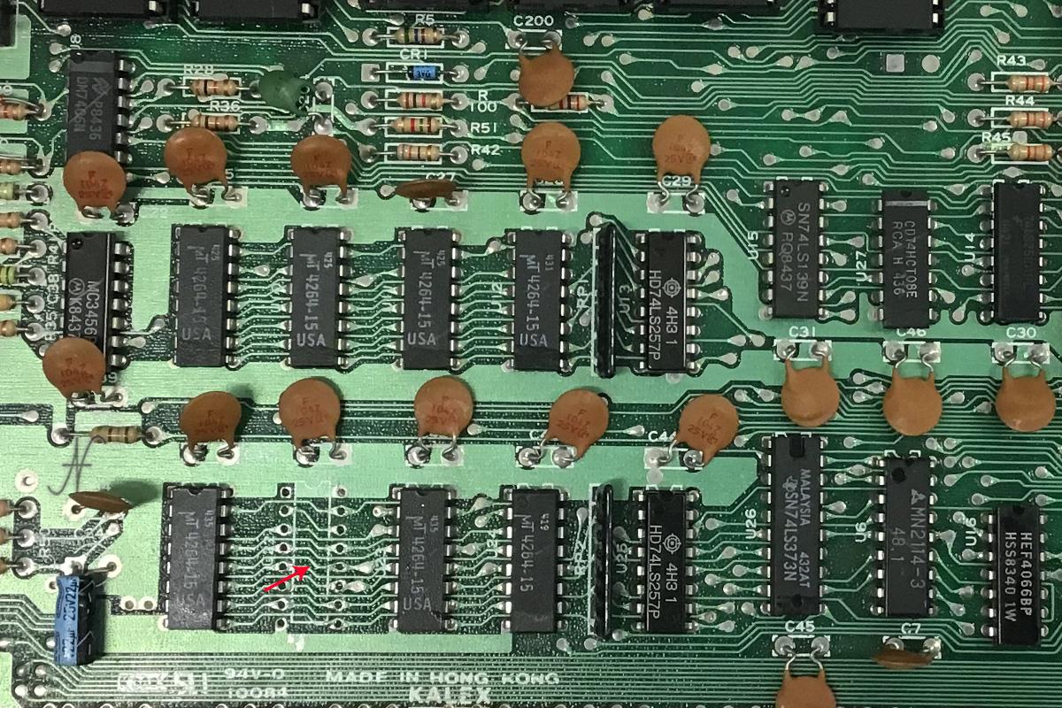 Commodore 64, rimozione, sostituzione chip memoria, RAM, MT4264-15, 4164-2, MT4264-20, HM4864P-2, M3764-15RS, sostituzione chip memoria, DRAM, difetto memoria, scritte strane su schermo, 64Kx1 150ns 16-pin DIP DRAM chip