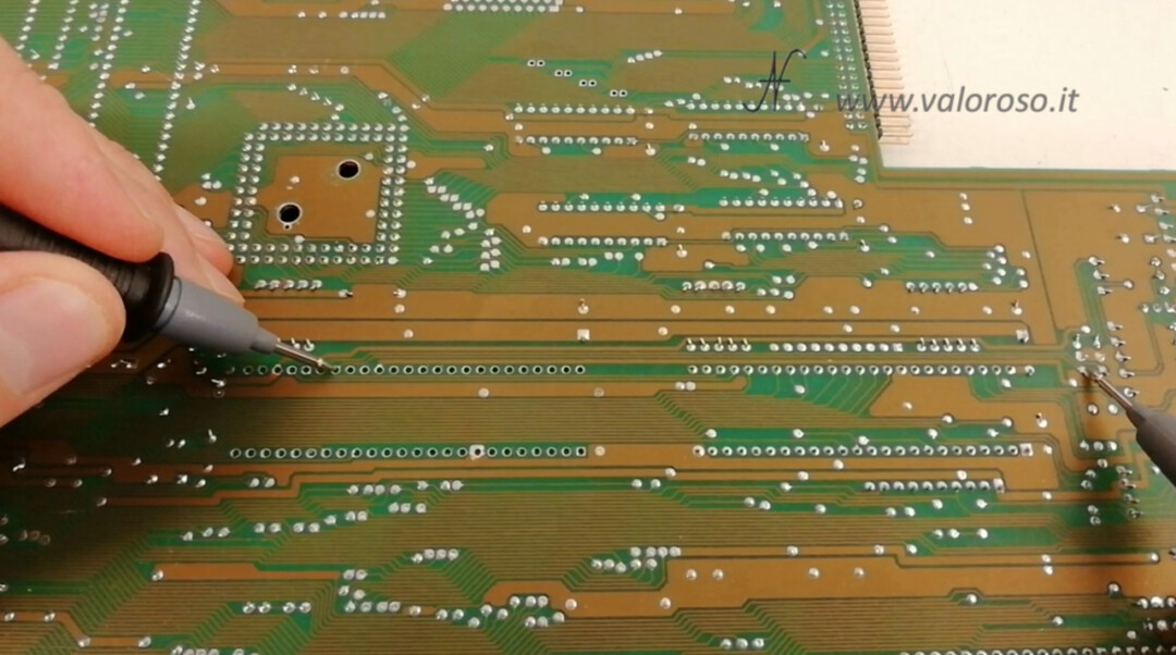 Commodore Amiga 500 A500 PCB circuito stampato doppia faccia prova piste tracce tester multimetro
