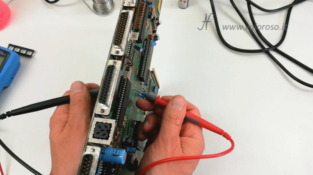 Commodore Amiga 500 A500 PCB circuito stampato prova metallizzazione piste tester multimetro continuita