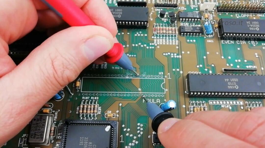 Commodore Amiga 500 A500 PCB circuito stampato prova metallizzazione piste tester multimetro continuità isolamento