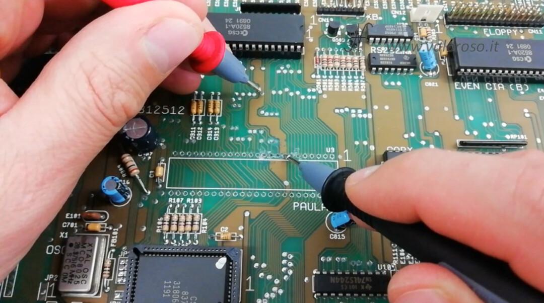 Commodore Amiga 500 A500 PCB circuito stampato prova metallizzazione piste tester multimetro isolamento continuità
