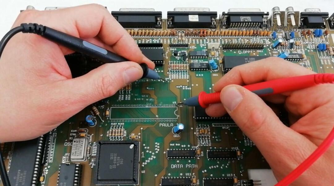 Commodore Amiga 500 A500 PCB circuito stampato prova tracce tester multimetro seguire piste