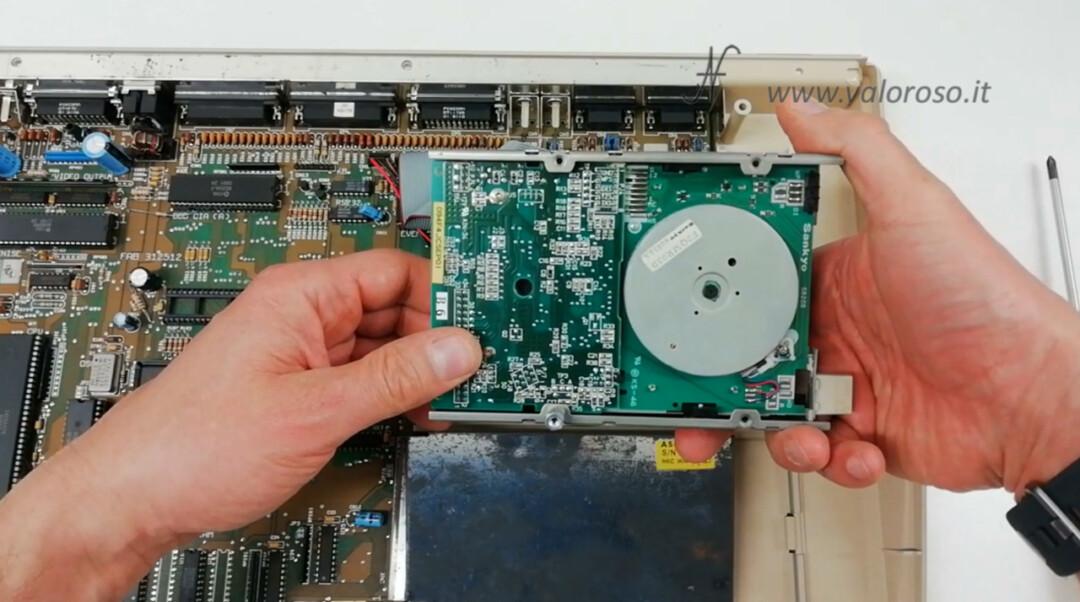 Commodore Amiga 500 A500 smontare floppy disk drive viti rimuovere croce stella