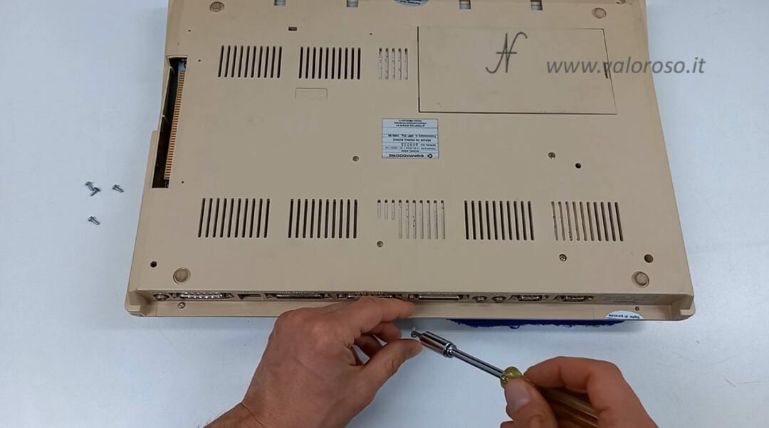 Commodore Amiga 500 smontare aprire disassemblare viti torx case plastico tastiera
