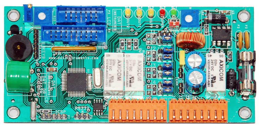 Scheda elettronica DAT DR MR4A2R: microprocessore centrale, 4 banchi di memoria eeprom SPI, orologio RTC, I2C, stadio di alimentazione switching, porta di ingresso per tastiera, porta di uscita per monitor LCD, porta USB host per trasferimento dati su pen-drive, porta RS232, con adattatore USB per PC, porta bus RS485, UART, ingressi analogici (segnale di ingresso selezionabile: 0-5V o 4-20mA), alimentazione dei sensori attivabile tramite relay, relay di uscita (con contatti NA e NC), cicalino, LED di stato, alimentazione 12V o 24V.
