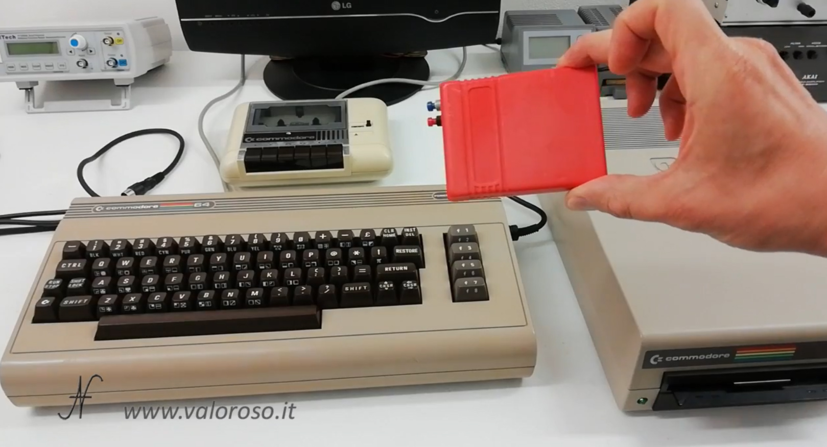 Datel Action Replay, Commodore 64, floppy disk 1541 datassette, copia, trasferimento videogioco, videogame
