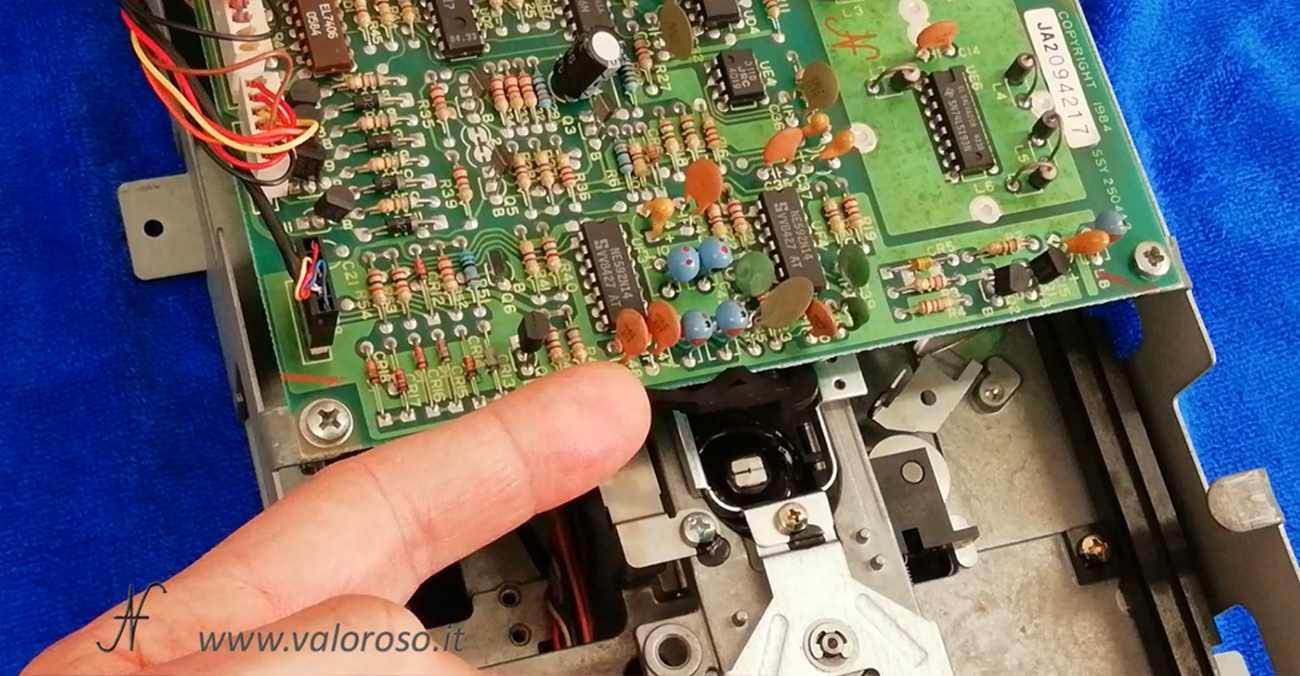Floppy disk drive Commodore 1541, spostamento testina per pulizia testina con alcool isopropilico