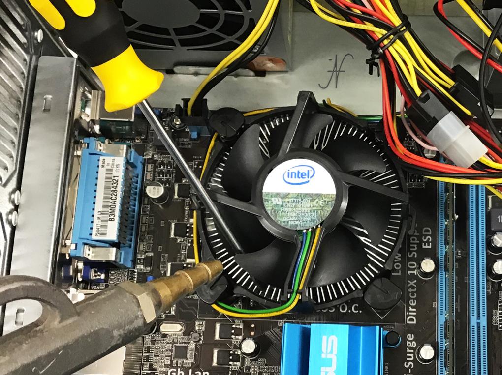 Pulire ventole del PC, bloccare la ventola e soffiare, aprire computer, pulire computer