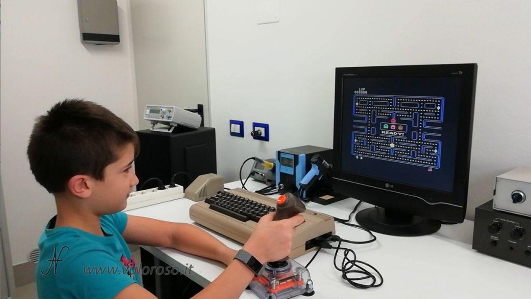 Commodore 64, micro SD, emulatore PacMan gioco Leo