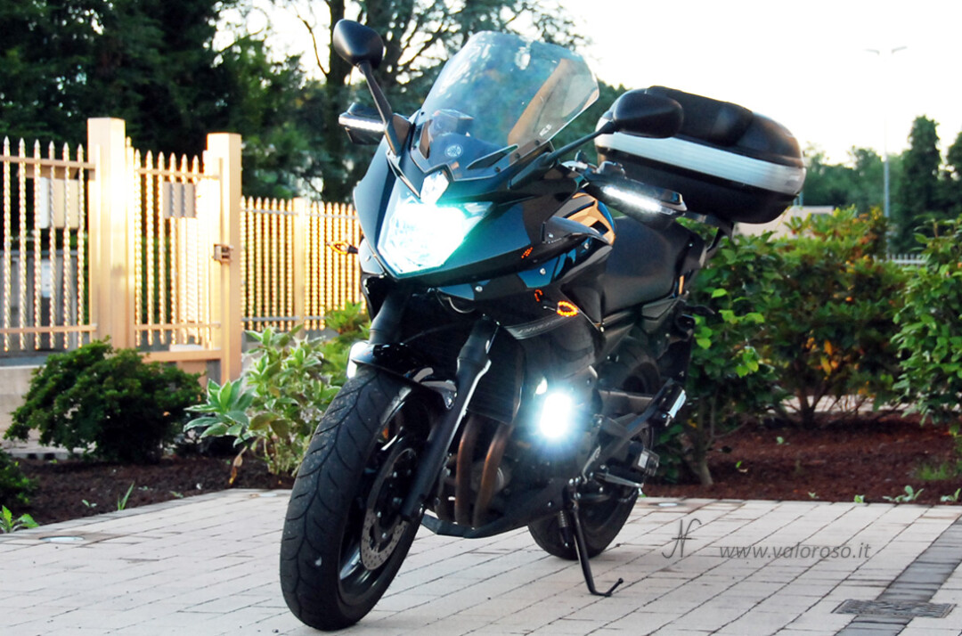 Moto Yamaha XJ6 diversion faro Xenon fendinebbia frecce led