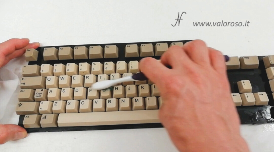 Clean Commodore A500 Amiga 500 keyboard, water and degreaser, toothbrush