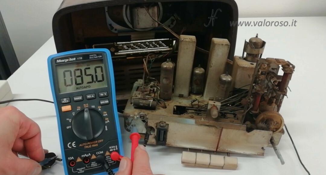 Radio a valvole Telefunken Mignonette MF R210, dispersione prova tester multimetro, telaio collegato alla rete elettrica, pericolo folgorazione scossa