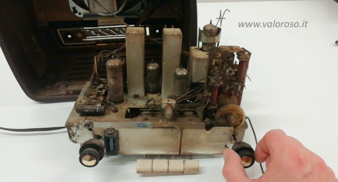 Radio a valvole Telefunken Mignonette MF R210, valvolare radio epoca vintage, meccanismo sintonia bobine nucleo ferrite mobile compensatore cordino