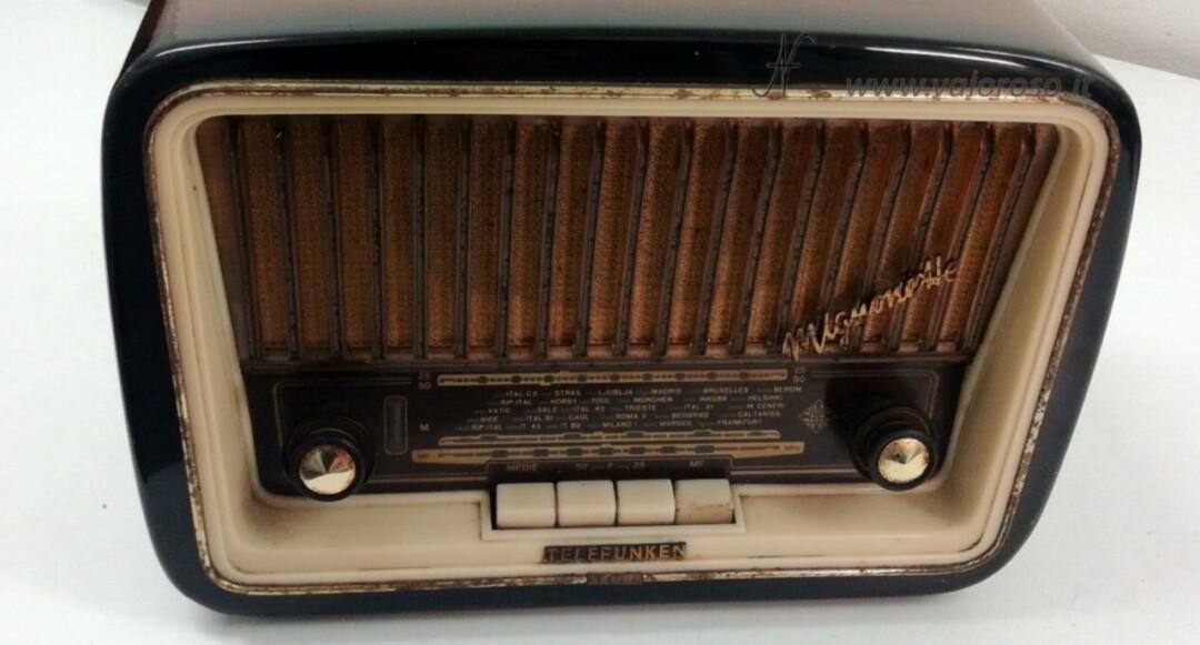 Radio a valvole Telefunken Mignonette MF R210, valvolare radio epoca vintage, mobile sporco rovinato terra polvere ruggine