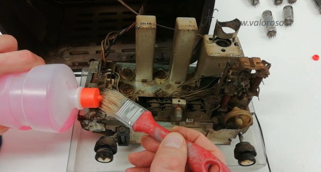 Radio a valvole Telefunken Mignonette MF R210, valvolare radio epoca vintage, pulire telaio sporco componenti spolverare pennello alcool alcol