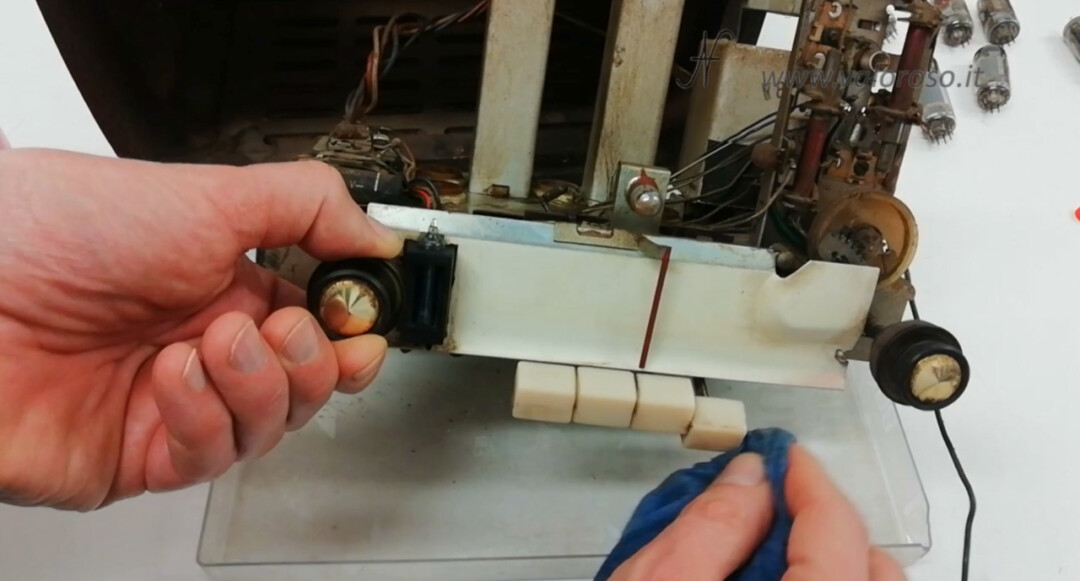Radio a valvole Telefunken Mignonette MF R210, valvolare radio epoca vintage, pulire telaio sporco componenti spolverare sgrassatore acqua