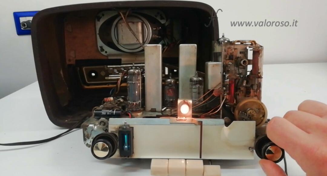 Radio a valvole Telefunken Mignonette MF R210, valvolare radio epoca vintage, telaio componenti accesi funzionante ricezione FM MF occhio magico pulita restaurata, uch81 uy85 ecc85 uf89 eabc80 el84 om70, banda om oc mf onde medie, onde corte, modulazione frequenza FM