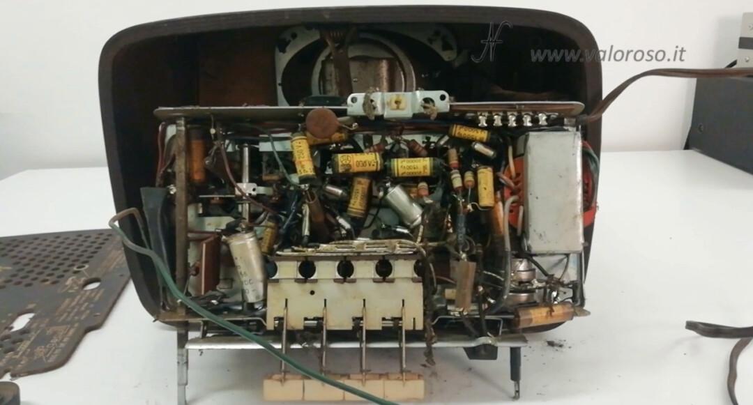 Radio a valvole Telefunken Mignonette MF R210, valvolare radio epoca vintage, telaio componenti inferiore sotto condensatori resistenze trasformatore