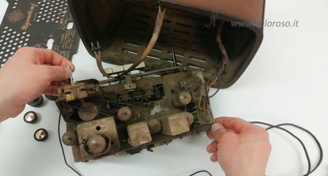 Radio a valvole Telefunken Mignonette MF R210, valvolare radio epoca vintage, telaio sporco interno elettronica componenti smontare smontata, uch81 uy85 ecc85 uf89 eabc80 el84 om70, radio ANCE