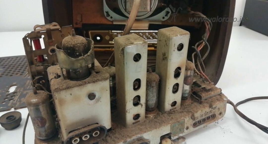 Radio a valvole Telefunken Mignonette MF R210, valvolare radio epoca vintage, telaio sporco interno elettronica componenti smontare smontata componenti, radio ANCE