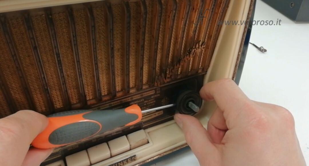 Radio a valvole Telefunken Mignonette MF R210, valvolare radio epoca vintage, togliere smontare svitare manopole volume sintonia tono doppia selettore