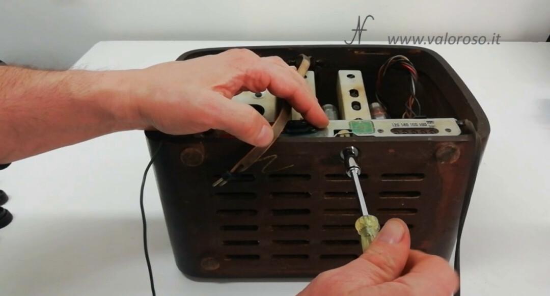 Radio a valvole Telefunken Mignonette MF R210, valvolare radio epoca vintage, vite fissaggio telaio sul mobile di legno