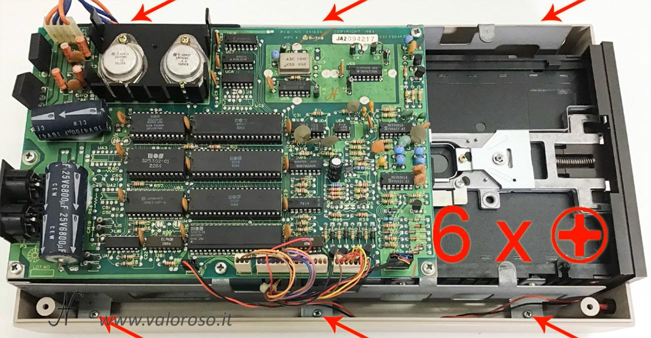 Smontare floppy disk drive Commodore 1541, svitare le viti interne della meccanica