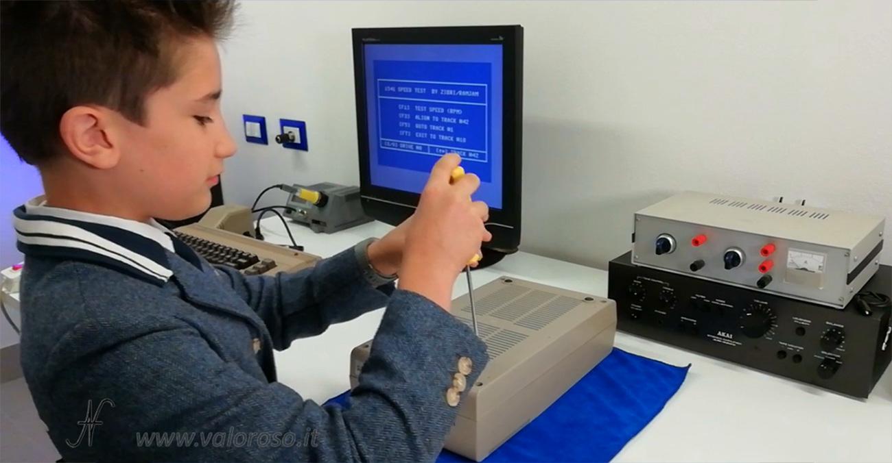 Smontare floppy disk drive Commodore 1541, aprire il floppy disk