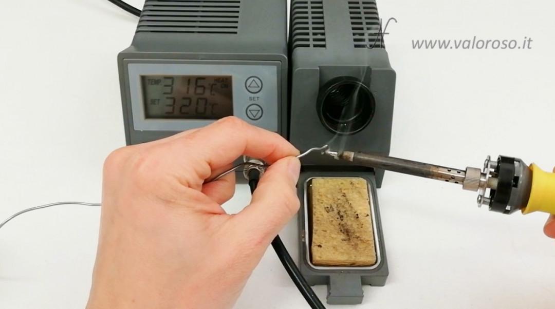 Tutorial saldatura circuito stampato, spegnere il saldatore in sicurezza, mettere goccia di stagno