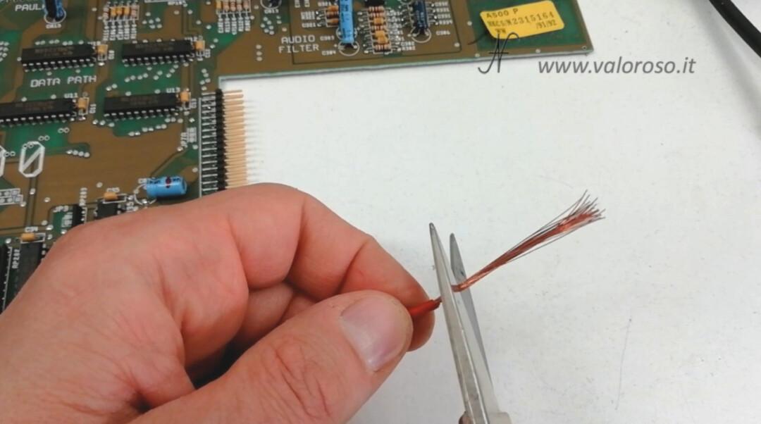 Utilizzare del sottile filo di rame per ricostruire le piste corrose del PCB
